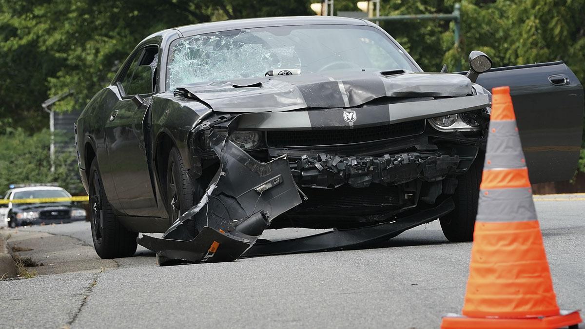 El vehículo con el que un individuo atropelló a una multitud en Charlottesville (Foto: AFP)