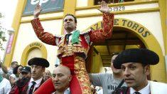 Antonio Ferrera sale a hombros en Huesca (Foto: Efe).