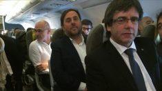 Carles PuigdeCarles Puigdemont, Oriol Junqueras y Raül Romeva  en un avión.mont, Oriol Junqueras y Raul Romeva  en un avión.