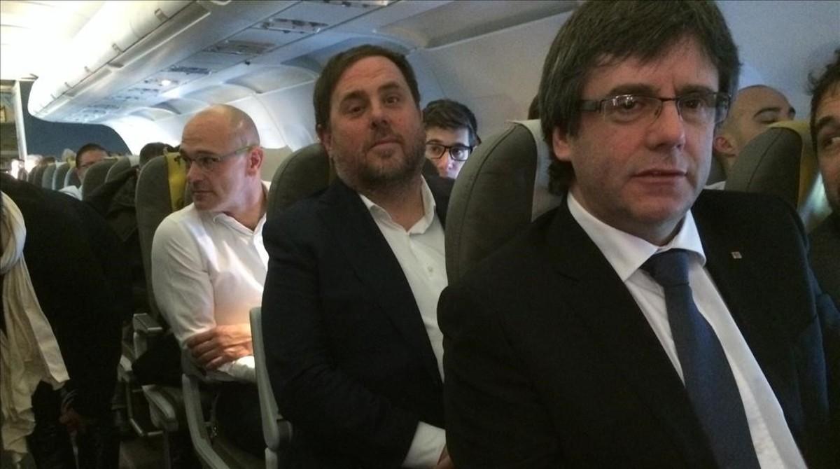 El fugado Carles Puigdemont y los presos Oriol Junqueras y Raul Romeva, en el avión