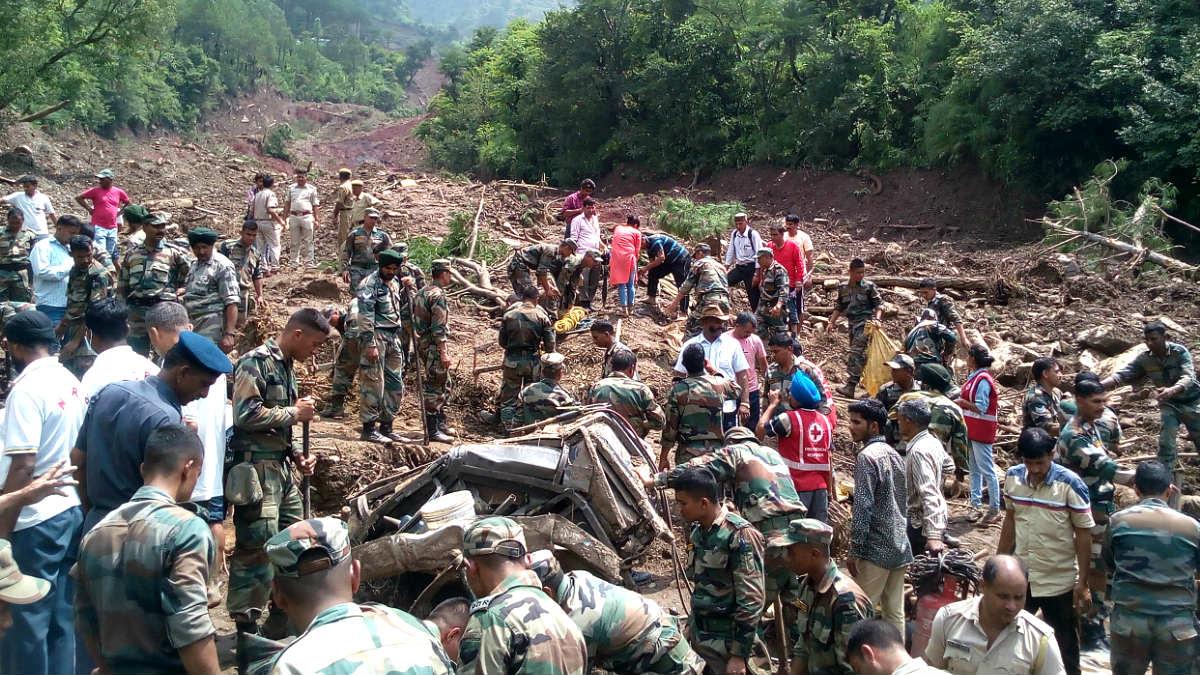 Soldados y equipos de rescate buscan supervivientes tras un corrimiento de tierras en India (Foto: AFP).