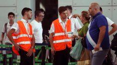 Personal de AENA informa a los viajeros en el aeropuerto de El Prat. (FOTO: EFE)