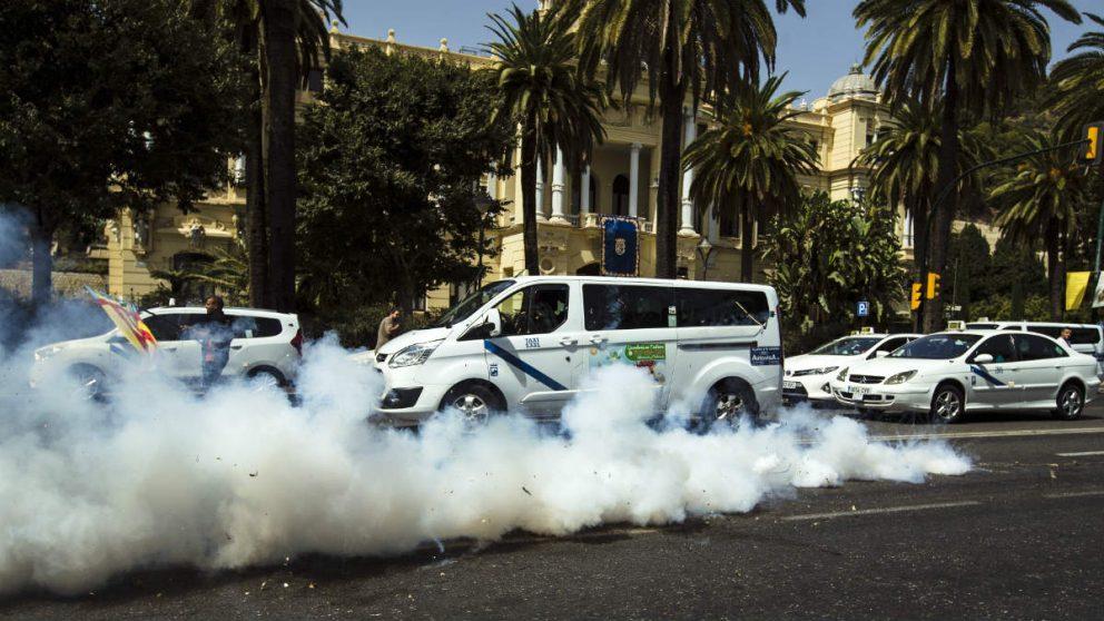 Taxis llegados de toda España se manifiestan en Málaga contra Cabify. (EFE)