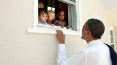 Imagen del ex presidente Obama saludando a unos niños de diferentes etnias, compartida en su cuenta de Twitter.