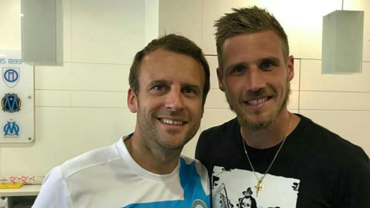 Emmanuel Macron, con la camiseta del Olympique de Marsella, en el vestuario del equipo junto al jugador Grégory Sertic.