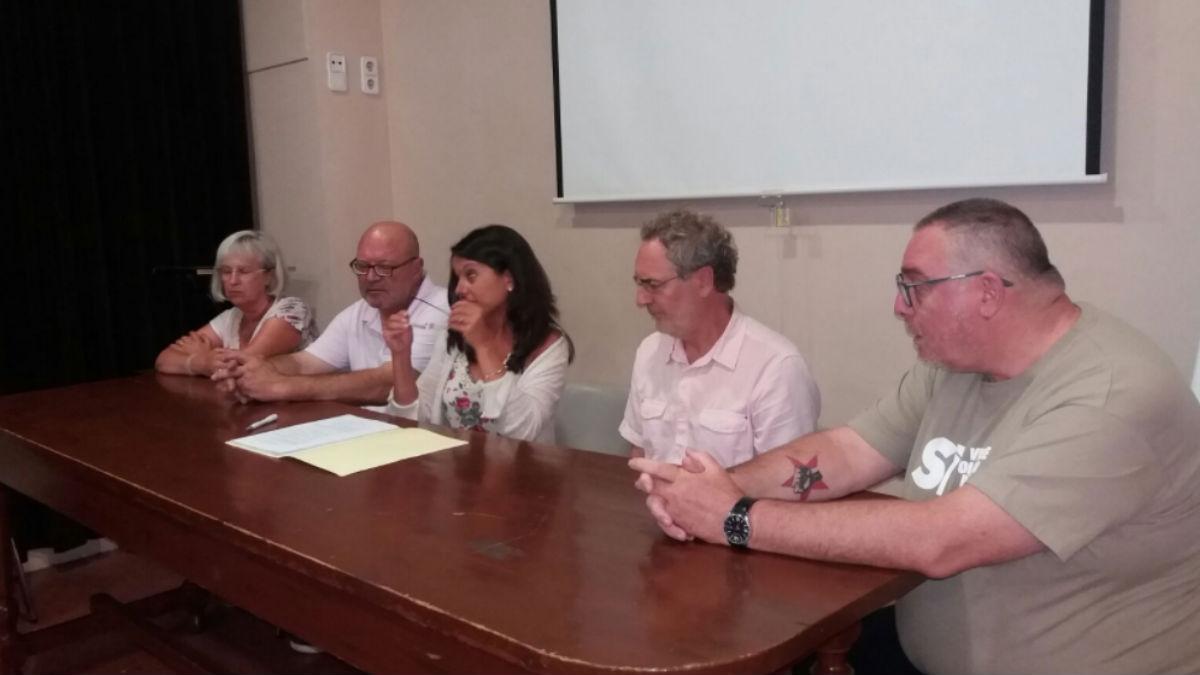 Firma a favor del referéndum en el Ayuntamiento de Centelles. (Foto: ANC Centelles)