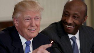 Donald Trump junto a Kenneth Frazier, CEO de Merck. (Foto: Getty)