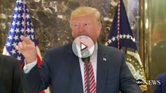Donald Trump enfrentándose a la prensa en su comparecencia en la Torre Trump.