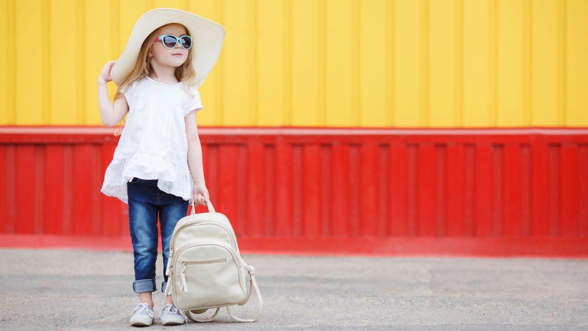 Una niña con su mochila de 'vuelta al cole'. (Foto. Istock)