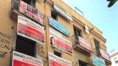 Carteles en el edificio ocupado de Barcelona