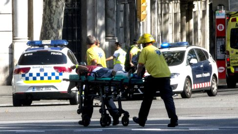 Servicios sanitarios trasladan a heridos en el atentado de Barcelona. (Foto: EFE)