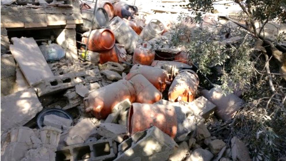 Bombonas de gas halladas en el chalé que estalló en Alcanar (Tarragona) el miércoles por la noche. (Foto: Diari de Tarragona)