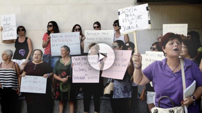 Mujeres en apoyo a Juana Rivas. (Foto: EFE)