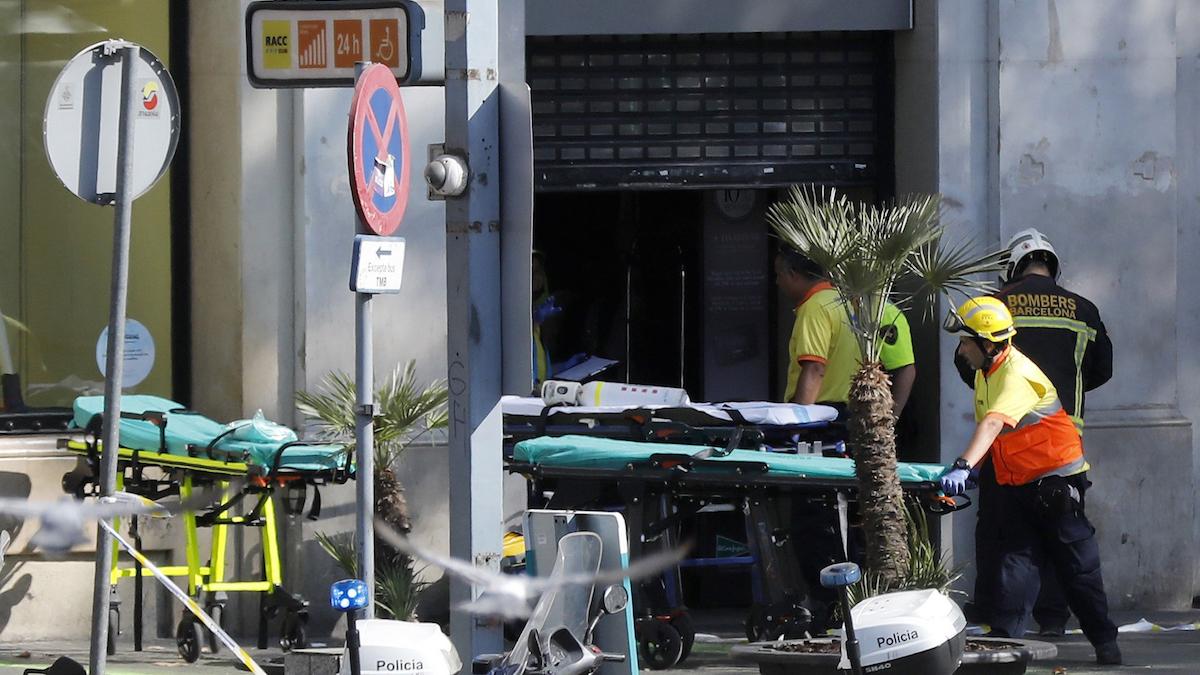 Los servicios de emergencia atienden a las víctimas en Barcelona (Foto: Efe).