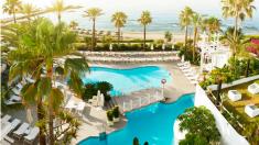 Una de las piscinas del complejo Puente Romano de Marbella, en el que veranea el portavoz del PSOE, Óscar Puente.