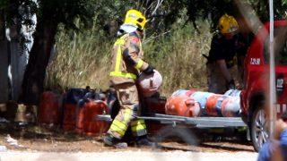 Los bomberos retiran las bombonas almacenadas en el chalé de Alcanar (Tarragona).
