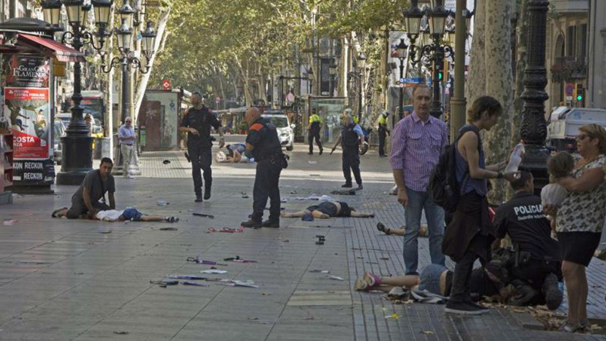 Los heridos se agolpan en Las Ramblas de Bafcelona tras el terrible atropello masivo que acabo con la vida de, al menos, 13 personas. Foto: EFE