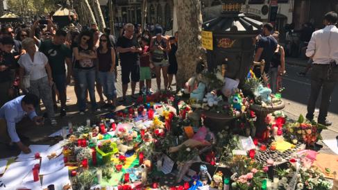 Uno de los improvisados altares a las víctimas de los atentados de Barcelona.