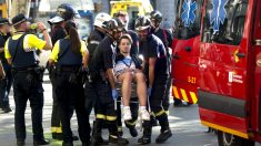 Trasladan a una ambulancia a un joven herido en el atentado de Las Ramblas (Foto: EFE)