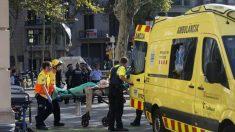 Los servicios de emergencia evacúan a una de las víctimas de Las Ramblas tras el terrible atentado. Foto: EFE