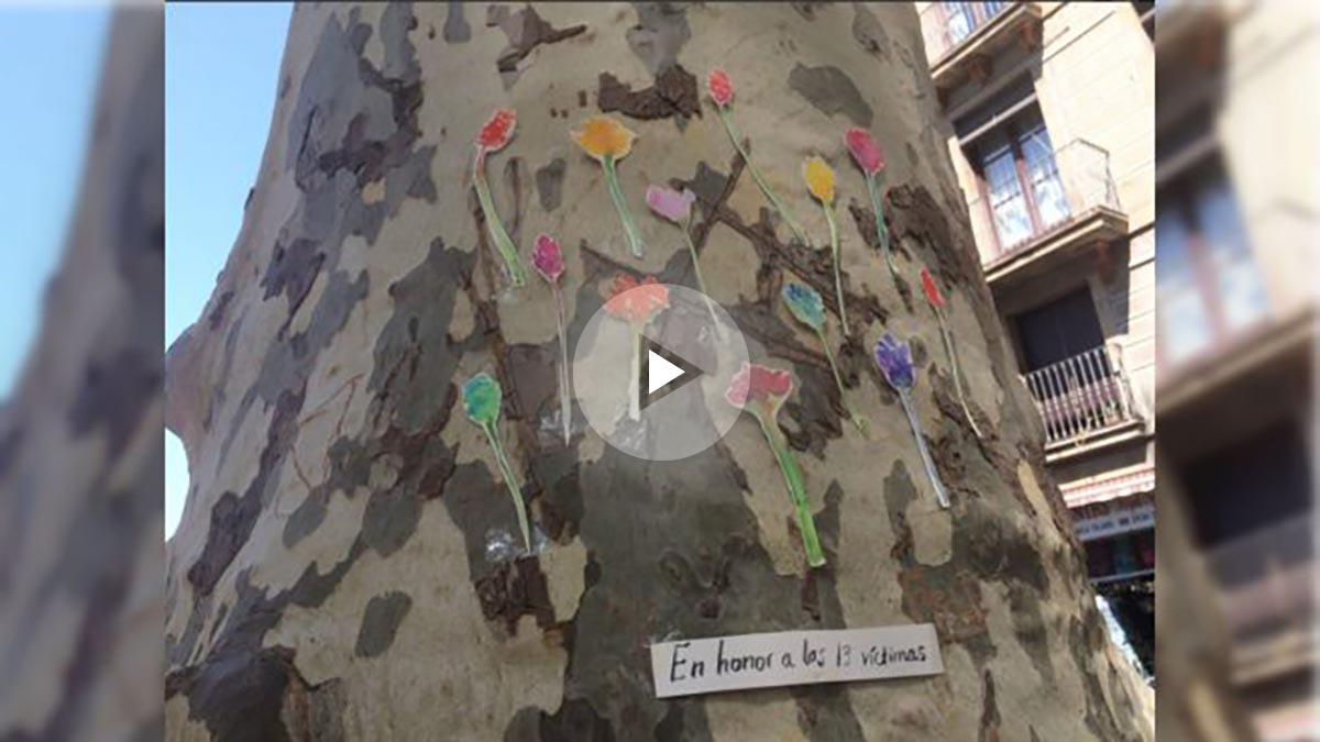 La Rambla de Barcelona se ha llenado de altares improvisados de homenaje a las víctimas.