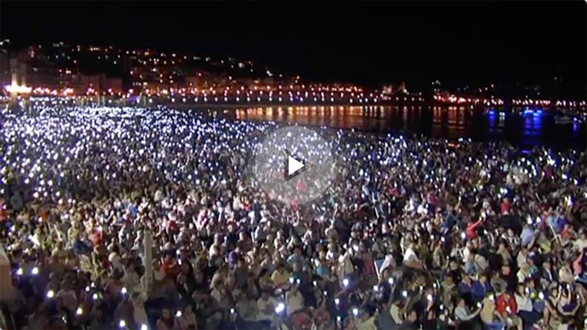 Miles de donostiarras guardan un minuto de silencio en la playa de San Sebastián por el atentado de Barcelona.
