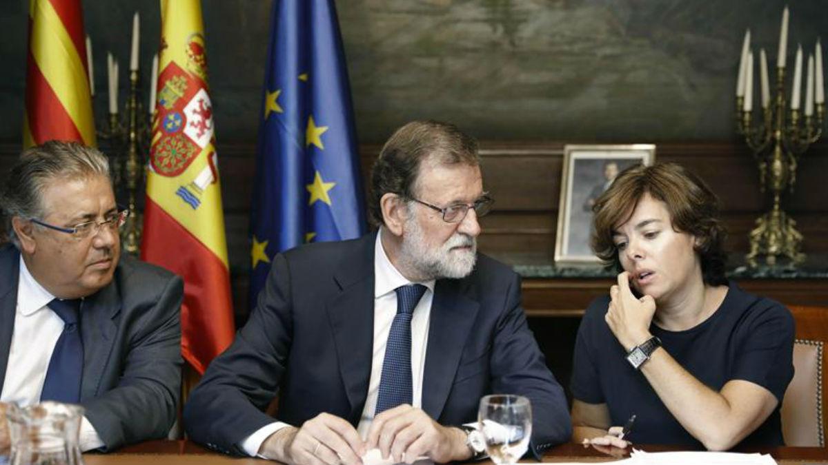 Juan Ignacio Zoido, Mariano Rajoy y Soraya Saenz de Santamaría en la reunión de urgencia tras el atentado en Barcelona. Foto: EFE