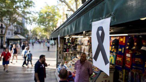 Un crespón negro en memoria de las víctimas del atentado en Las Ramblas de Barcelona. (Foto: EFE)