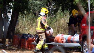 Los bomberos trasladan las bombonas encontradas en Alcanar (Foto: Efe).
