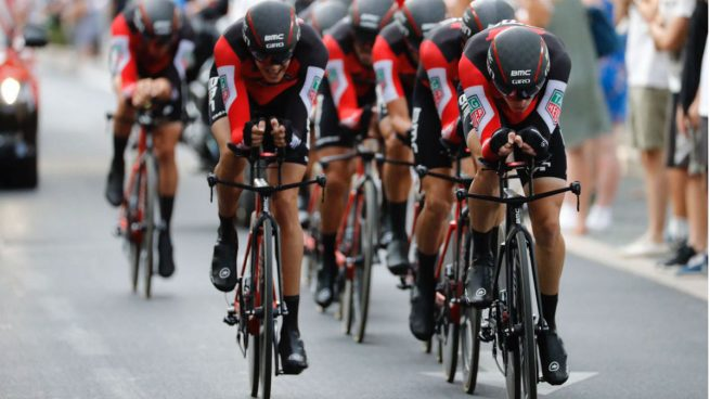 El BMC gana la crono, Dennis se viste de rojo y Contador pierde 26 segundos con Froome