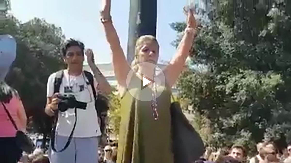 La mujer acosada por independentistas en el minuto de silencio de la plaza Cataluña de Barcelona.