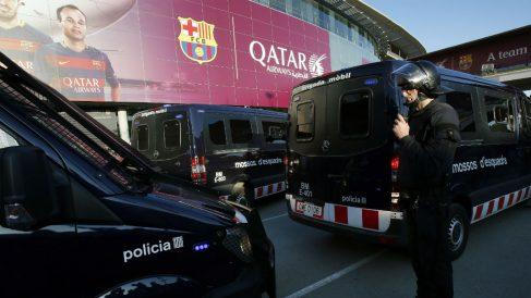 Los vehículos de los Mossos en el Camp Nou antes de un Clásico. (Getty)