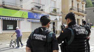 Agentes de la Guardia Civil en un registro en la localidad gerundense de Ripoll tras el atentado de Barcelona. (EFE)