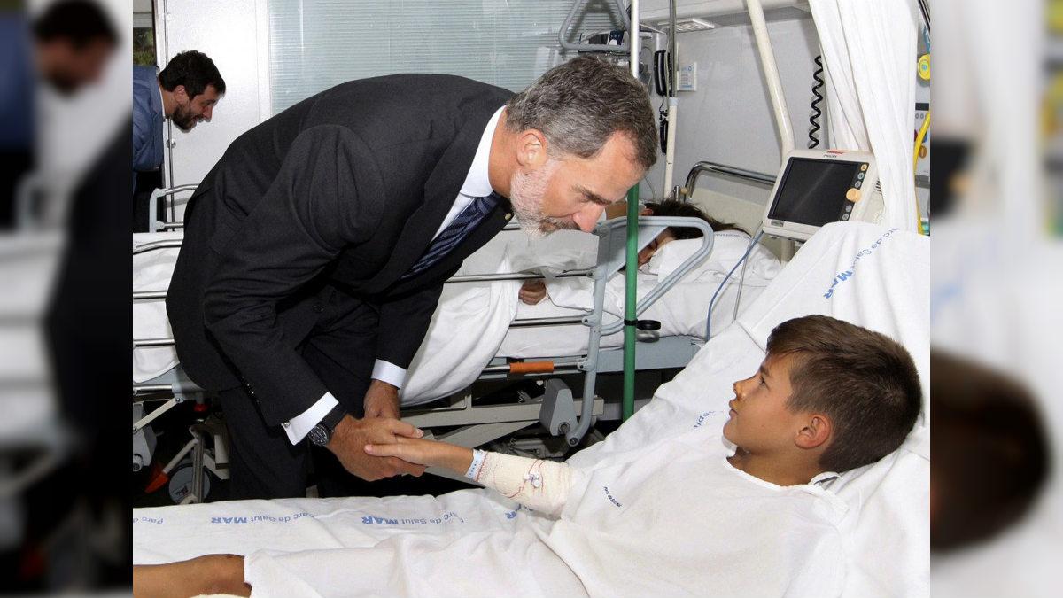 El Rey Felipe VI en el Hospital del Mar, saludando a uno de los heridos en el atentado de Barcelona. (EFE)