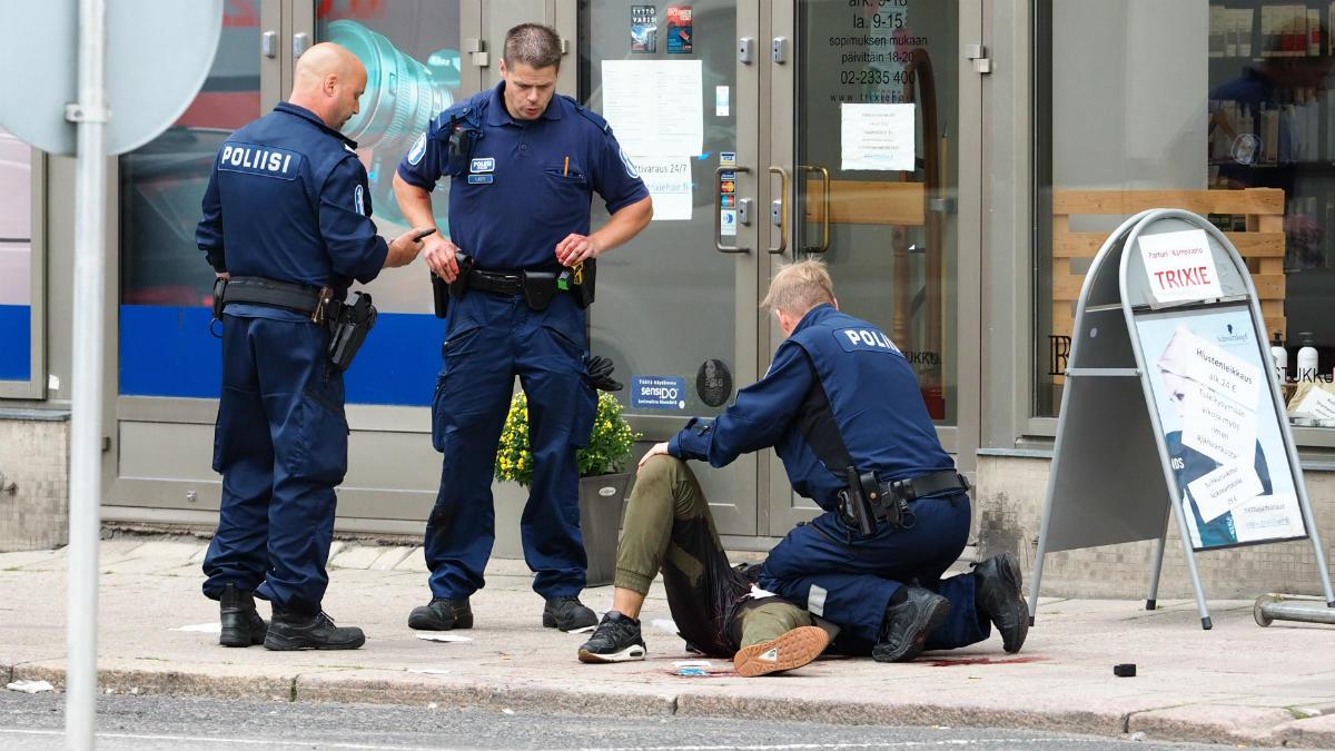 Policías detienen al terrorista en Turku (Finlandia). (AFP)