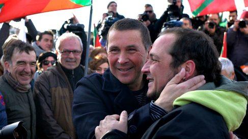 El terrorista Arnaldo Otegi abraza al ex portavoz de la CUP David Fernández tras salir de prisión.