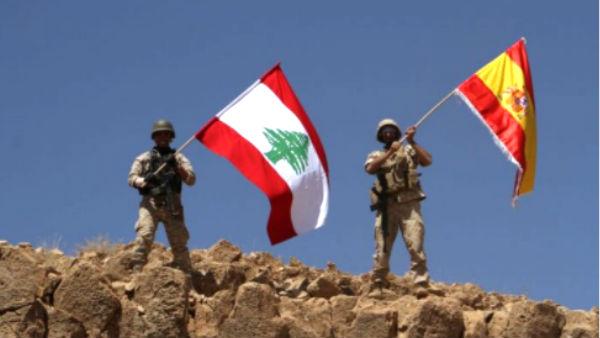 Soldados libaneses ondean la bandera española en una colina.