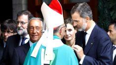 Los Reyes saludan al cardenal Omella en presencia del presidente de Portugal y Rajoy (Foto: Efe).