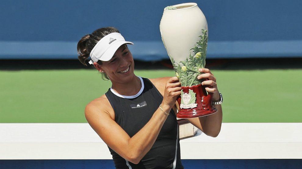 Muguruza posa con el título de campeona en Cincinnati. (AFP)