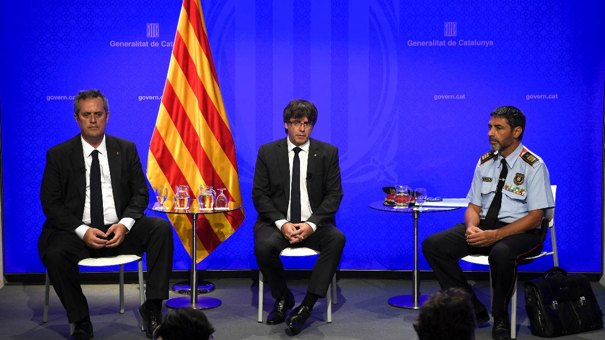 Joaquim Forn, Carles Puigdemont y Josep Lluís Trapero, en una rueda de prensa sobre el atentado de Las Ramblas (Foto: AFP).