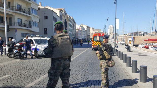 Dos agentes de policía parar el tráfico en el lugar del incidente. Foto: twitter