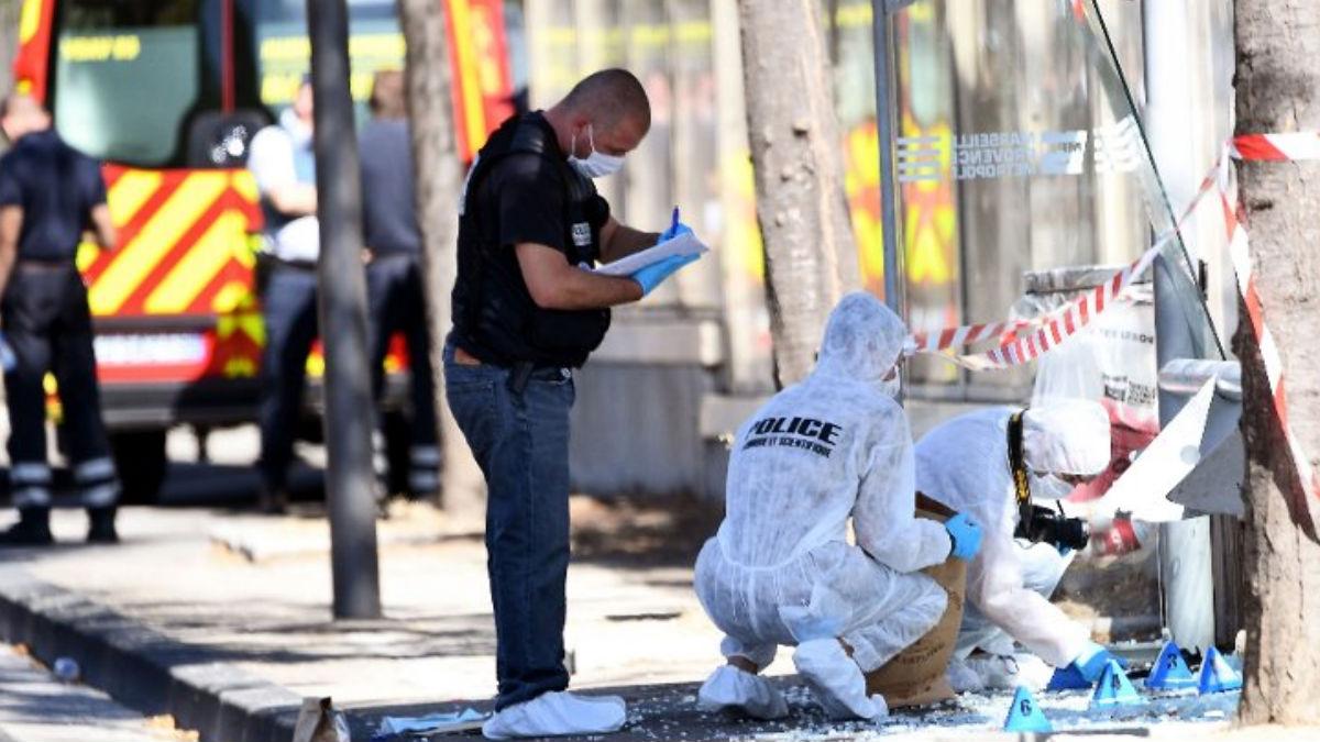 Equipos de la Policía francesa trabajan sobre la zona del incidente en el puerto viejo de MArsella