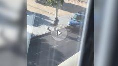 Los mossos inspeccionan una furgoneta azul sospechosa tras abatir al último terrorista identificado en busca y captura Younes Abouyaaqoub.