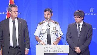 Josep Lluís Trapero, mayor de los Mossos, entre el consejero de Interior, Joaquim Forn, y el presidente de la Generalitat, Carles Puigdemont.