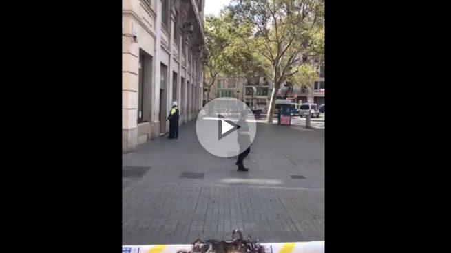 La Policía desaloja Las Ramblas por un aviso de bomba.