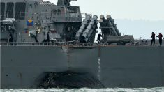 El destructor 'USS John S McCain', con un boquete en su casco tras el accidente. (AFP)