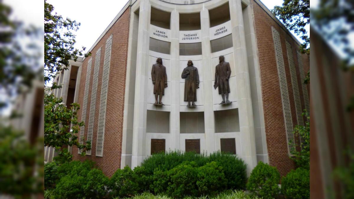 Fachada del Ayuntamiento de Charlottesville (Virginia).
