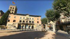 Fachada del Ayuntamiento de Ripoll, con la torre del monasterio al fondo.