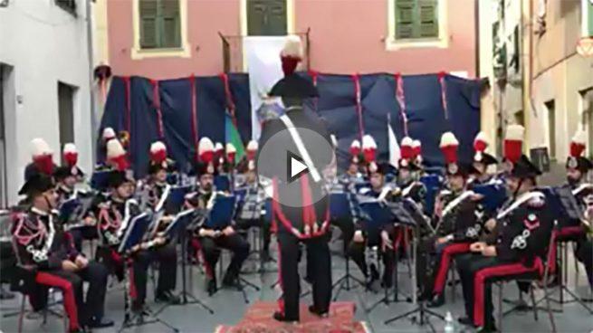 Los carabinieri interpretando el himno de España en homenaje a las víctimas de los atentados perpetrados en Cataluña.
