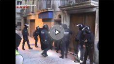 Los Mossos D'Esquadra entrando en uno de los pisos de los detenidos por los atentados de Cataluña. (Foto: Mossos)